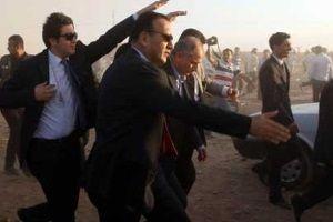 Vatandaşlar 3 Devlet Bakanı'na taş yağdırdı haberi
