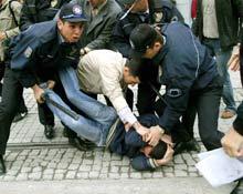 Korsan gösteri yapan eylemciler gözaltına alındı.11844