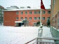 Öğretmenin şefkatini kar da engelleyemedi.7395