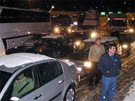 Bolu Dağı'nda kar bilançosu: 146 kaza.10860