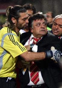 Yilmaz Vural maç sirasinda bayginlik geçirdi..64969