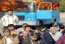 Minibüsü yakıp önünde poz verdiler.9995