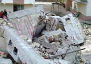 Yıktığı binanın altında kalarak can verdi.22696