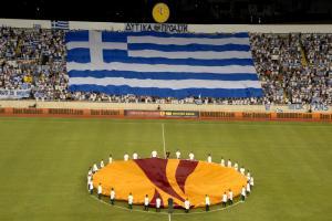 Rum taraftarlar Güney Kıbrıs bayrağından çok Yunan bayrağı taşıyor.14249