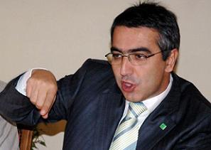 Erkan Mumcu'nun kolundan tutarak çekiştirdi.10401