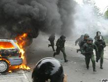 G-8'i protesto edenler polisle çatıştı.9813