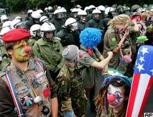 Her protestocuya 1 polis düşecek.15984