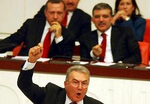 Deniz Baykal, Erdoğan'ın Türkiye'yi gerdiğini savundu.12583