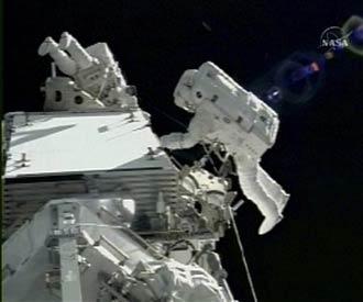 Astronotlar uzay yürüyüşü yaptı.13845