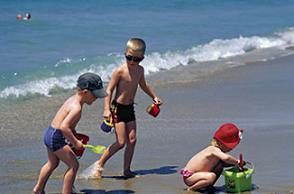 Plajda güneşlenen çocuklarınıza dikkat edin!.10856