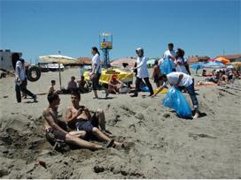 Hava 37 derece olunca sahile ak�n ettiler.23305