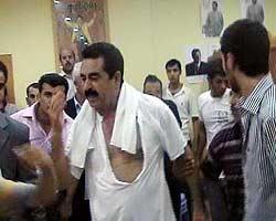 Urfa'da, yoğun ilgiden bunalan Tatlıses tişörtünü yırttı.10302