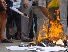 Memurlar, %3'lük zammı bordro yakarak protesto etti.10309