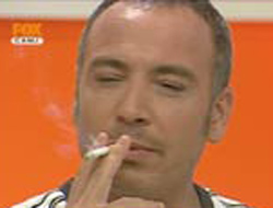 Canlı yayında sigara içti! Hem de yasağı bile bile.18944
