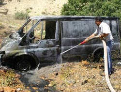 Tunceli'de yol kesen PKK'lı teröristler, minibüsü yaktı.15875