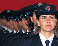 Erkek sürücüler, kadın polislere karşı daha nezaketli.7959