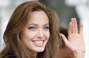 Angelina Jolie davetinde pürüz çıktı.10212