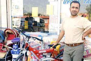 Bisikletlerini çalan hırsızı tebrik etti!.17410