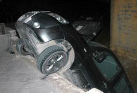 Duvarı yıkan otomobil bahçeye düştü.54087
