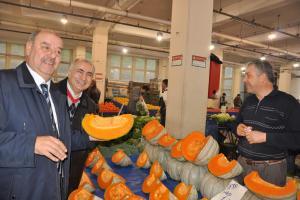 MHP İzmir adayı Taşer pazar yeri esnafını ziyaret etti.14661