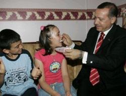 Erdoğan doğumgününe katıldı, eliyle pasta yedirdi.15561