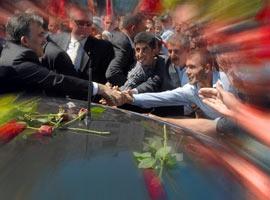 Abdullah G�l ilk yurt i�i gezisinde sevgi seliyle kar��land�.14910
