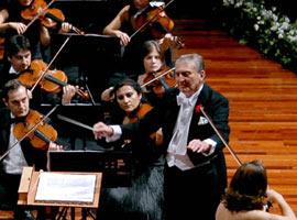 Rahmi Koç orkestra yönetti .19363