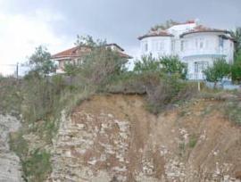 Uçurumun kıyısındaki evler .10992