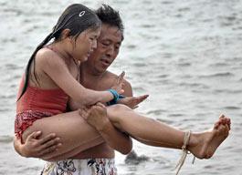 Kızının elini-kolunu bağlayıp denize attı.13748