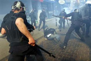 Gazi Mahallesi karıştı! 150 kişilik grup poliste çatıştı.13150