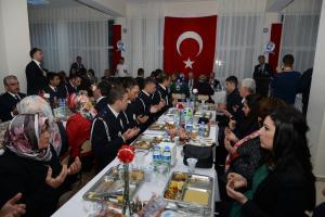 Kırşehir polisi, şehit yakınları ve gazileri yemekte buluşturdu.14851