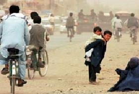 Afaganistan'da erkekler kadınları taşladı .11760
