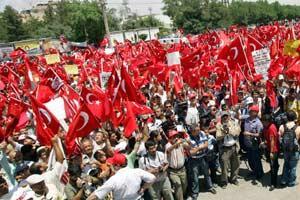 Bayraklarla yollara çıkan vatandaşlar terörü lanetledi .22966