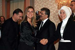 Cumhurbaşkanı Gül ve eşi misafirlerle tek tek tokalaştı.15493