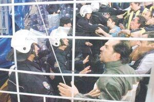 Futbolcular birbirine, polisler de sahaya girdi.17308