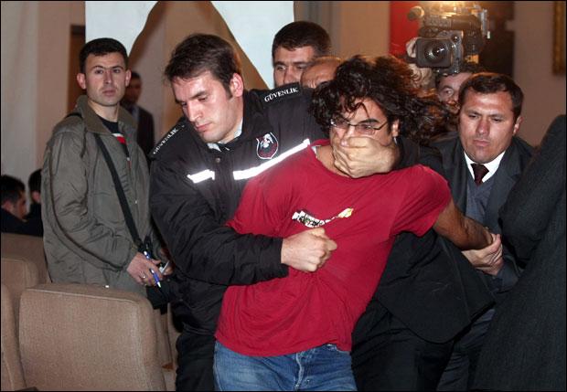 Protestocu öğrenciler gözaltında, Bakan Şahin devrede.58436