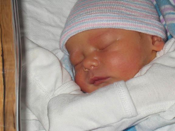 İnternette satılmak istenen bebek evlatlık verildi.54897