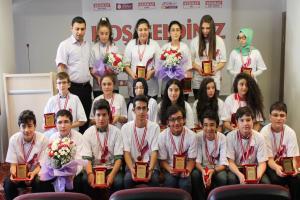 Serhat, TEOG'da başarılı olan öğrencileri ödüllendirdi.17340
