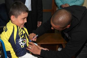 Carlos'tan çocuklara destek.11813