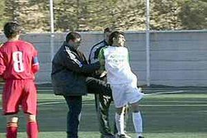Antrenör futbolcuyu dövdü.15784