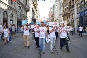 'Yeni Türkiye'yi geri geri yürüyerek protesto ettiler.16400