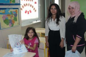 Gönüllü gençlerden hastane okulundaki çocuklara kitap ve kırtasiye yardımı.11776