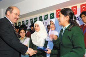 Çelik, dün Pakistan'daki Türk okullarını ziyaret etti.13035