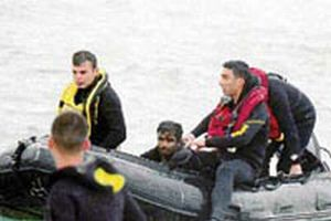Kaçakları taşıyan tekne battı, kaptan yüzerek kurtuldu.11799