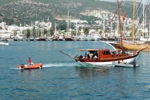 Çalıntı teknede 56 kaçak göçmen yakalandı.16869