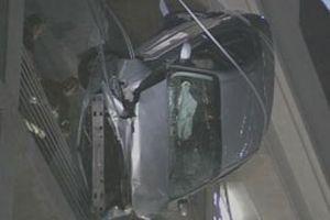 Otoparkın 7. katında asılı kalan arabadan böyle kurtarıldı..8635