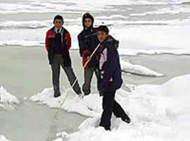 Murat nehri dondu, bal�k avlayan k�yl�lerin y�z� g�ld�.6567