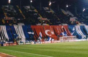 Deportivo taraftarı maçlarda neden Türk bayrağı asıyor?.13410