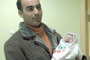 Gül hayranı baba yeni yılın ilk bebeğine Abdullah dedi.9252