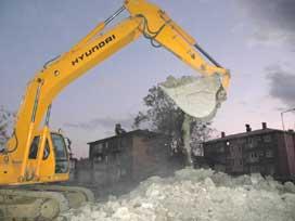 Bingöl'de depremzede binaları yıkılıyor.7650